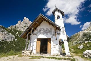 Kleine Kapelle am Passo di Falzarego, vor dem Lagazuoi, Ampezzaner Alpen, Grosse Dolomitenstrasse, Suedtirol, Italien, Europa, Chapel at Passo di Falzarego in front of Lagazuoi, Dolomites,  South Tyrol, Italy, Europe
