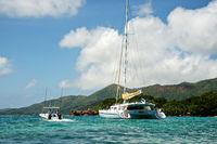 Katamaran vor der Seychellen Insel Praslin