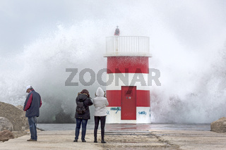Leuchtturm, am Hafen von Nazare bei Sturm, Nazare, Portugal, Europa