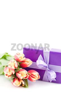 Geschenk mit Tulpen