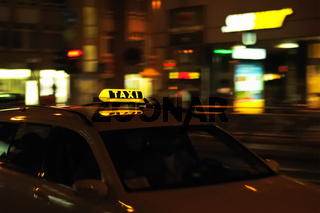 Taxi in der Fahrt bei Nacht