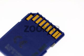 Blaue SD CARD isoliert vor weißem Hintergrund