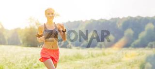 Frau beim Laufen hört Musik mit Smartphone