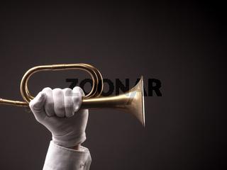 Hand mit alter Trompete