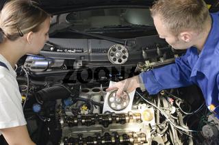 Azubi und Meister in Autowerkstatt
