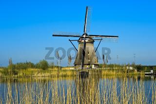Holländische Windmühle an einem Kanal, Niederlande