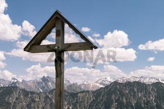 Gipfelkreuz am Fellhorn, Allgäuer Alpen, Grenze Deutschland-Österreich, Mai