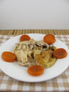 Im Ofen gebackenes Hähnchenfleisch mit leckerem Möhrengemüse