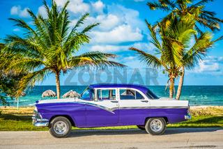 HDR - Amerikanischer blau weisser Oldtimer parkt am Strand auf dem Seitenstreifen nahe Havanna Kuba