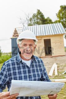 Senior als Vorarbeiter mit Bauzeichnung