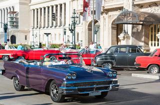 Amerikanischer blauer Ford Cabriolet Oldtimer auf der Strasse vor dem Gran Teatro in Havana City Cuba - Serie Cuba Reportage