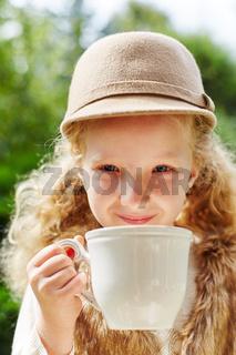Blondes Mädchen trinkt eine Tasse Tee