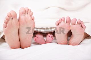 Füße unter der Decke