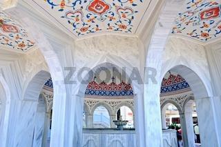 am Brunnen vor der blauen Moschee in Manavgat