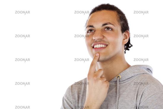 Dunkelhäutiger junger Mann blickt zuversichtlich in Zukunft.Freigestellt auf weissem Hintergrund.