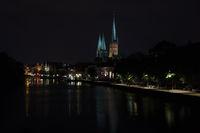 Lübeck mit Trave und Marienkirche bei Nacht