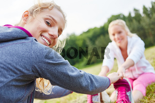Frauen machen Übung zum aufwärmen