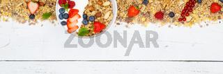 Müsli Frühstück Früchte Joghurt Erdbeeren Textfreiraum Banner Schale von oben
