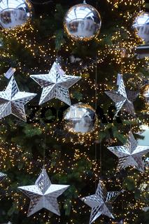 weihnachtsbaum mit silbernen kugeln und sternen