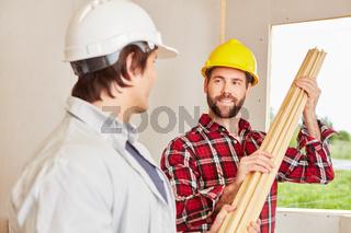 Männer als Heimwerker arbeiten zusammen