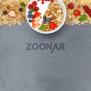 Müsli Frühstück Früchte Joghurt Erdbeeren Beeren Schale Schiefertafel Quadrat Textfreiraum von oben
