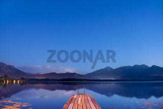 Blaue Abendstunde am See mit Badesteg