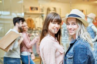 Zwei Teenager haben Spaß beim Shopping