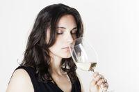 Frau probiert Weißwein