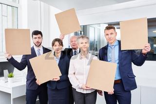 Business Team hält leere Schilder für Marketing