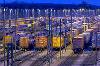 Abgestellte Güterwaggons auf den Gleisen vom Rangierbahnhof Maschen bei Nacht, Maschen, Niedersachsen, Deutschland, Europa