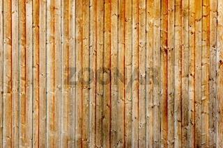 Holzwand aus Kiefernholz verikal angebracht