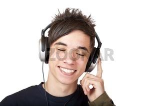 Jugendlicher hört mit Kopfhörer Musik und lacht fröhlich