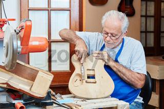 Alter Gitarrenbauer baut eine neue Gitarre