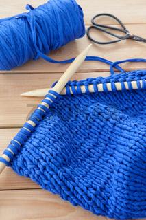 Stricken mit grobem Textilgarn