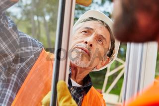 Senior als kompetenter Fenstermonteur