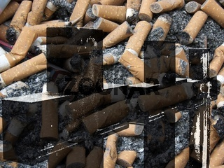 Grabkreuze hinterlegt mit Zigarettenkippen mit Zigarettenasche und einer Zigarettenschachtel