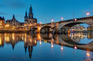 Die Hofkirche und eine Brücke über die Elbe in Dresden