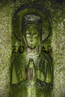 Friedhofskulptur mit Moosansatz