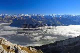 Blick vom Pilatusmassiv über das Nebelmeer auf die Bergketten der Alpen, Schweiz
