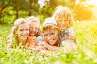 Entspannte Familie und Kinder im Urlaub im Sommer