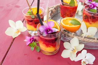 Bunter Drink mit Orange
