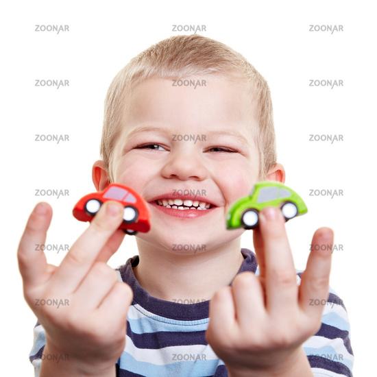 Lachendes Kind mit Spielzeugautos