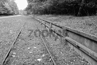 Bahngleise für die ehemalige Militäranlagen in Peenemünde schwarz-weiss