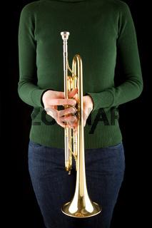 Mädchen hält eine goldene Trompete