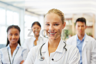 Erfolgreiche und freundliche Ärztin