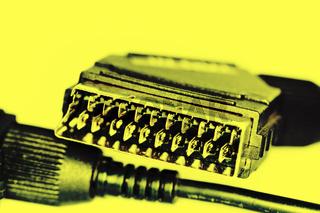 Scart Stecker vor gelbem Hintergrund