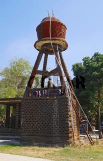 Wasserturm aus Flaschen  im 'Bierflaschentempel' Wat Lan Kuat,Thailand