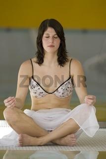 Frau betreibt Yoga