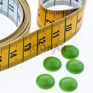 Maßband und Tabletten, als Symbol für Diätpillen