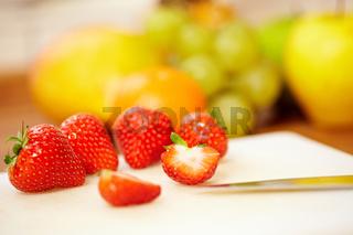 Erdbeeren auf Schneidbrett